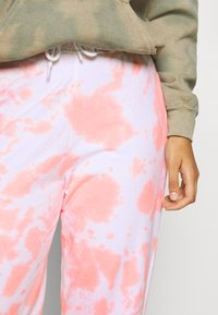 New Look - TIE DYE JOGGERS - Tracksuit bottoms - mid pink - 4
