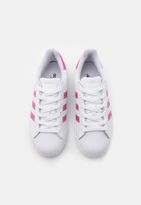adidas Originals - SUPERSTAR SPORTS INSPIRED SHOES UNISEX - Sneakersy niskie - footwear white/light pink/core black - 3