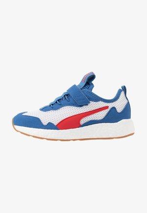 NRGY NEKO SKIM AC PS - Neutral running shoes - white/high risk red/bright cobalt