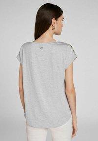 Oui - Print T-shirt - light grey green - 2