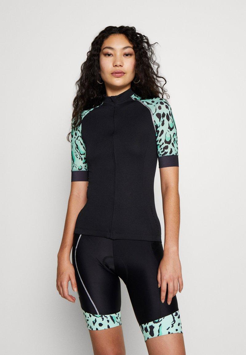 ONLY PLAY Tall - PERFORMANCE BIKE TALL - Camiseta estampada - black/green ash