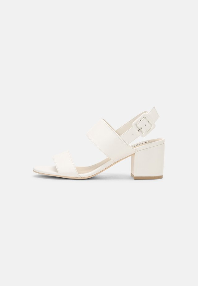 CASUAL LOW BLOCK - Sandalias - white