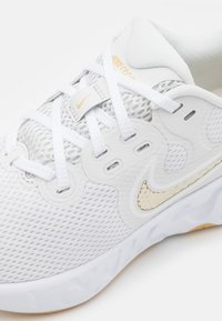 Nike Performance - RENEW RIDE 2 - Nøytrale løpesko - platinum tint/metallic gold star/white - 5