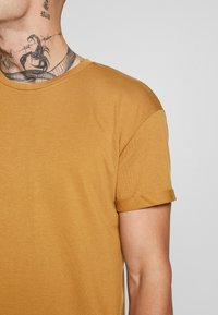 Topman - SCOTTY APPLE BRN/HORIZON BLUE - T-shirt - bas - multi - 5