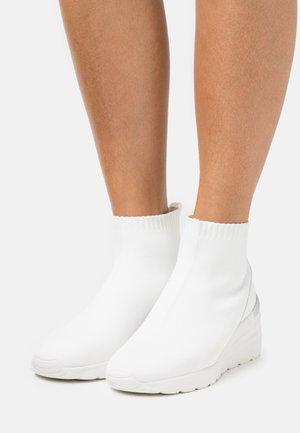 BIACLARE  - Korkeavartiset tennarit - white