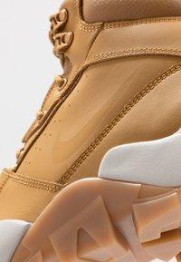 Nike Sportswear - RHYODOMO - Korkeavartiset tennarit - wheat/light bone/brown/baroque brown - 5