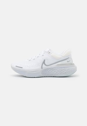 ZOOMX INVINCIBLE RUN FK - Zapatillas de competición - white/metallic silver/pure platinum
