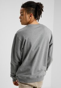 Carhartt WIP - COLLEGE - Sweatshirt - dark grey heather/white - 2