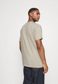 GAP - RAISED ARCH - Print T-shirt - oat beige - 2