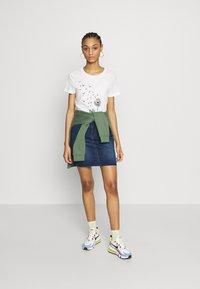 Vero Moda - VMALMA DANDELOIN FRANCIS - T-shirts med print - snow white - 1