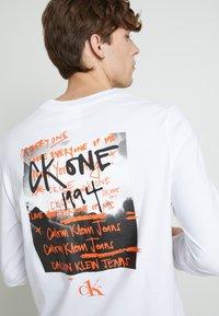 Calvin Klein Jeans - BACK GRAPHIC UNISEX - Maglietta a manica lunga - bright white - 5