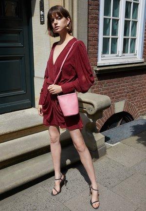 MINI ZIP BUCKET - Across body bag - peony/pink