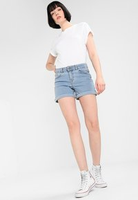Noisy May - NMBE LUCY FOLD - Jeans Shorts - light blue denim - 1