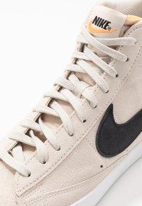 Nike Sportswear - BLAZER MID '77 UNISEX - Höga sneakers - light orewood brown/black/white/total orange - 5
