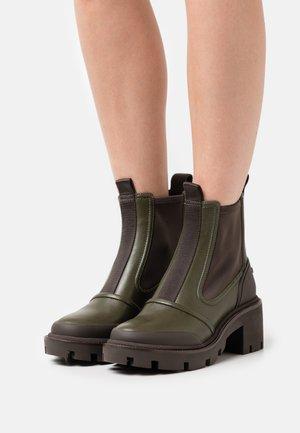CHELSEA LUG BOOT - Platform ankle boots - leccio/coconut