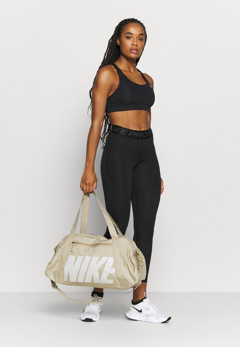 Nike Performance - GYM CLUB - Bolsa de deporte - parachute beige/vast grey