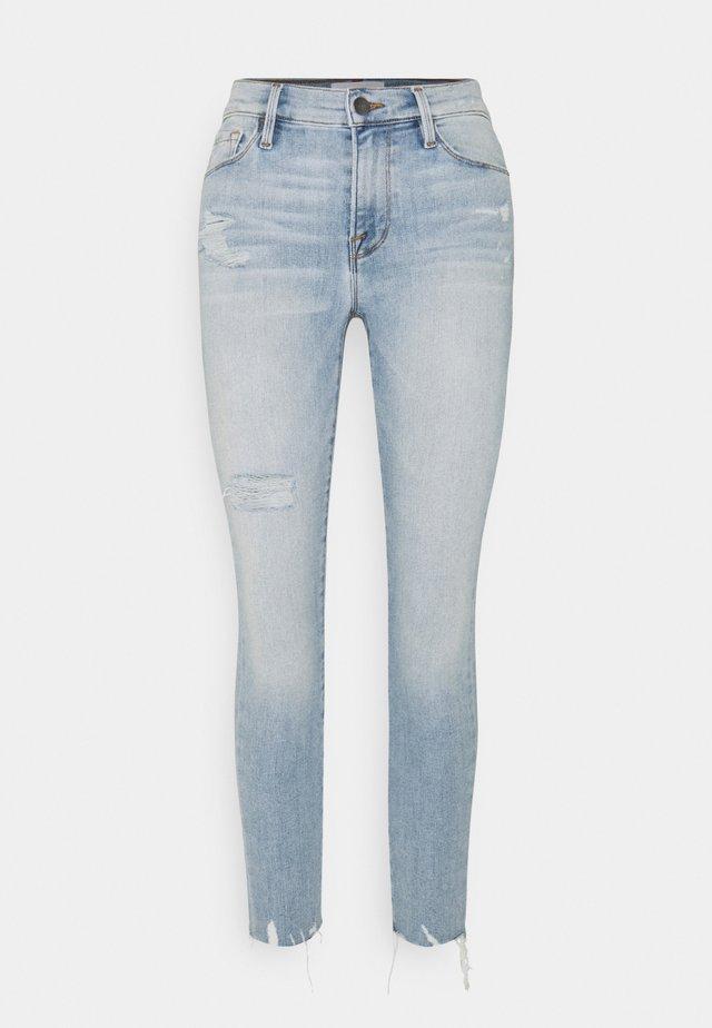 SKINNY DE JEANNE CROP RAW EDGE AFTER WASH - Skinny džíny - light blue