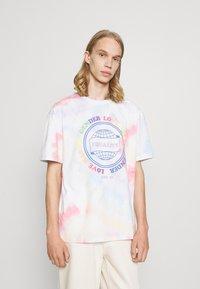 Jack & Jones - UNISEX JORSMILE TEE CREW NECK - Print T-shirt - cloud dancer - 0