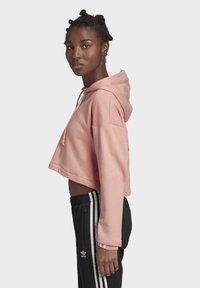 adidas Originals - R.Y.V. CROPPED HOODIE - Jersey con capucha - pink - 1