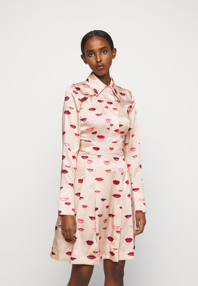 LIPS PRINT DRESS - Abito a camicia - almond beige