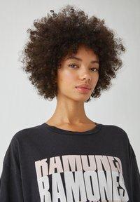 PULL&BEAR - MIT RAMONES-POSTER - Print T-shirt - dark grey - 3