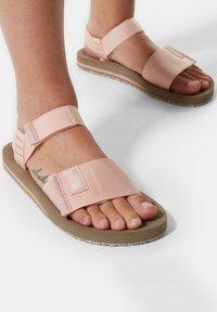 The North Face - W SKEENA SANDAL - Walking sandals - eveningsandpink cafecreme - 0