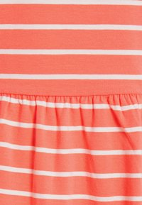 MAMALICIOUS - MLOTEA - T-shirts med print - sugar coral/snow white - 2
