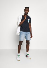 Jack & Jones - JCOCOOL YODA TEE  - T-Shirt print - navy blazer - 1