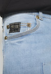 Versace Jeans Couture - SIOUX  - Jeans Tapered Fit - light blue denim - 9