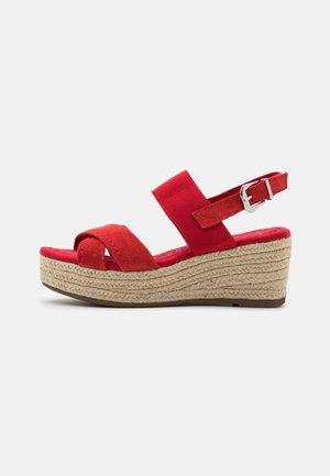 Sandali con plateau - red