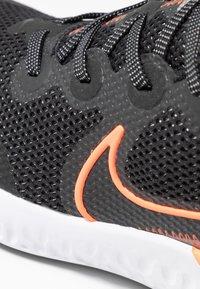Nike Performance - RENEW RUN - Obuwie do biegania treningowe - black/total orange/particle grey/mystic dates/white/chrome - 5