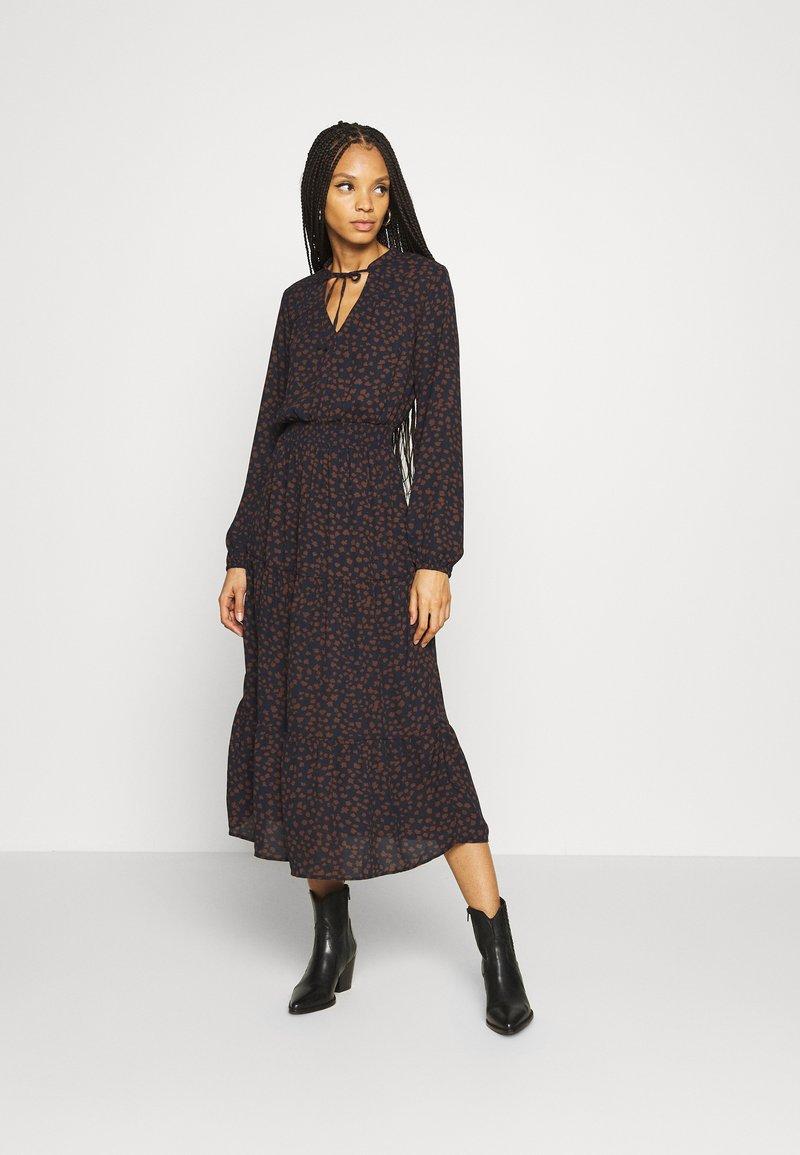 ONLY - ONLJERRY DRESS - Robe d'été - peacoat/toffee