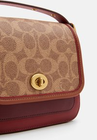 Coach - SIGNATURE WITH CONTRAST TRIM RAMBLER CROSSBODY  - Across body bag - tan/maroon - 4