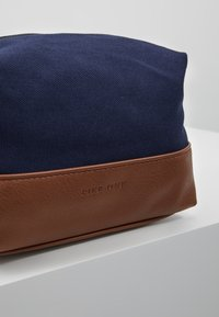 Pier One - UNISEX - Kosmetická taška - dark blue/cognac - 2