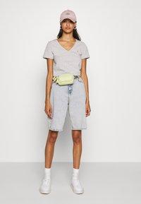 Tommy Jeans - SHORTSLEEVE STRETCH TEE - Basic T-shirt - light grey heather - 1