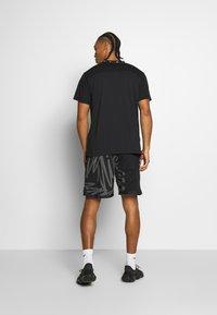 Nike Performance - Camiseta estampada - black/white - 2
