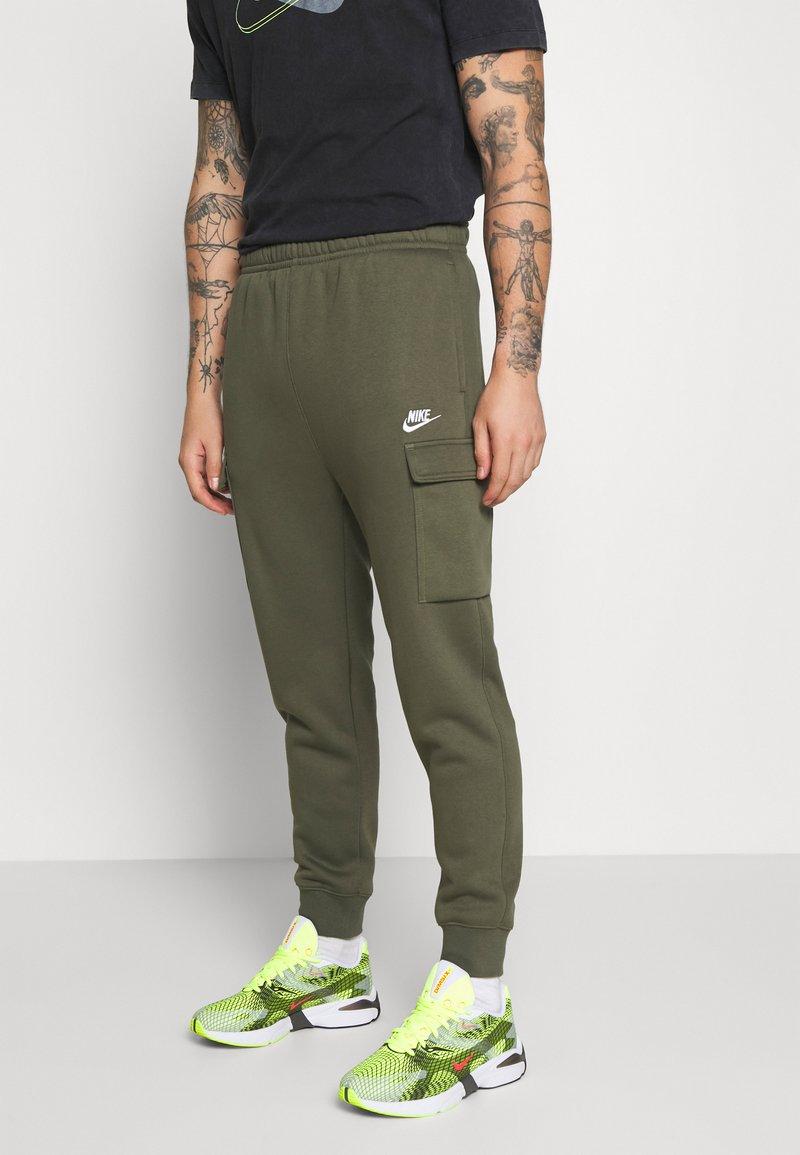 Nike Sportswear - CLUB PANT  - Teplákové kalhoty - twilight marsh