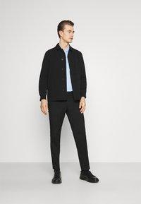 Selected Homme - SLHSLIM MYLOLOGAN CROP - Pantaloni - black - 1