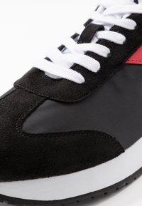 Calvin Klein Jeans - JERROLD - Sneakersy niskie - black/racing red - 5