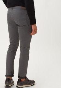 BRAX - STYLE CHUCK - Slim fit jeans - graphit - 2