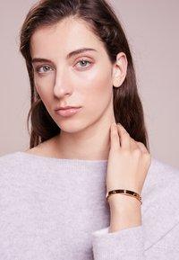 Tory Burch - LOGO STUD HINGE BRACELET - Bracelet - gold-coloured - 1