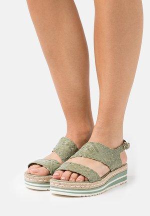 Sandały na platformie - cedro