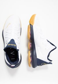 Nike Performance - LEBRON XVI LOW - Indoorskor - white/metallic gold/midnight navy/university red - 1