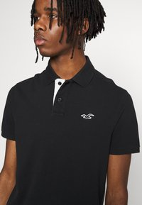Hollister Co. - HERITAGE SOLID NEUTRALS - Polo shirt - black - 4