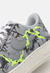 Nike Sportswear - AIR FORCE 1 '07 LX M2Z2 - Sneakers basse - smoke grey/electric green/bone white - 5