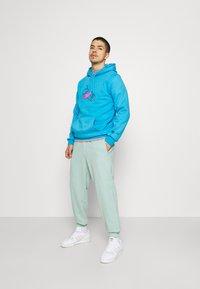 adidas Originals - PREMIUM UNISEX - Pantalon de survêtement - hazy green - 1