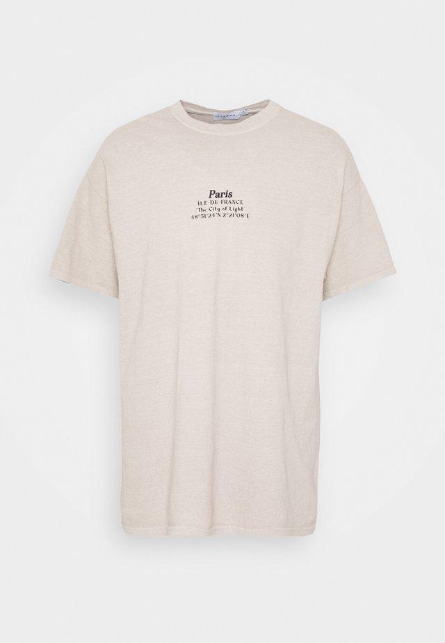 PARIS HERITAGE TEE - T-shirts med print - stone