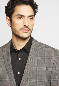 Isaac Dewhirst - CHECK SUIT - Costume - light brown - 7