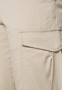 Jack & Jones - JJIMARCO JJJOE CUFFED - Cargo trousers - white pepper - 3