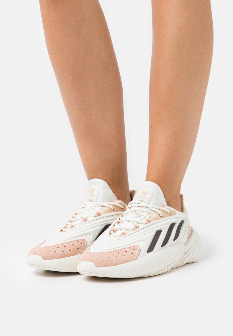 adidas Originals - OZELIA - Joggesko - white